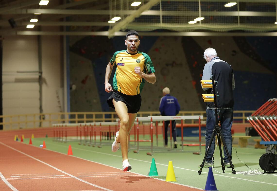 Jacob Boutera - i ny klubbdrakt - passerer 900 meter i Nes Arena på sin sterke 1500 meter. (Foto: Bjørn Hytjanstorp)