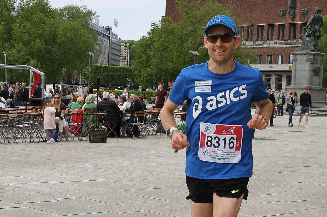 Didrik Hermansen, en av verdens beste ultraløpere, er også coach for mange norske løpere. Bildet er fra Ecotrail 80 km i 2017 der han vant og satte løyperekord. (Foto: Olav Engen)