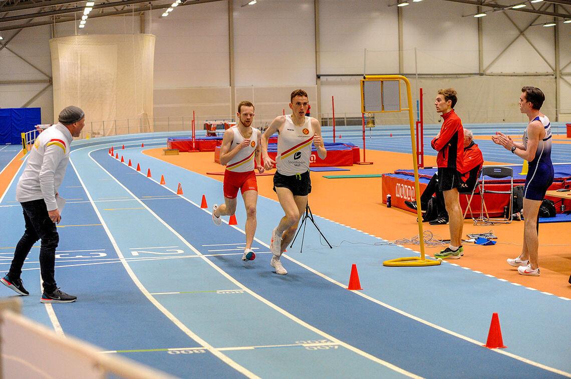 Gulartrener Asgeir Thomassen sekunderer Marius Vedvik og Bjørnar Sandnes Lillefosse mot kvalifiseringskravet til EM på 3000 meter. (Alle foto: Arne Dag Myking)