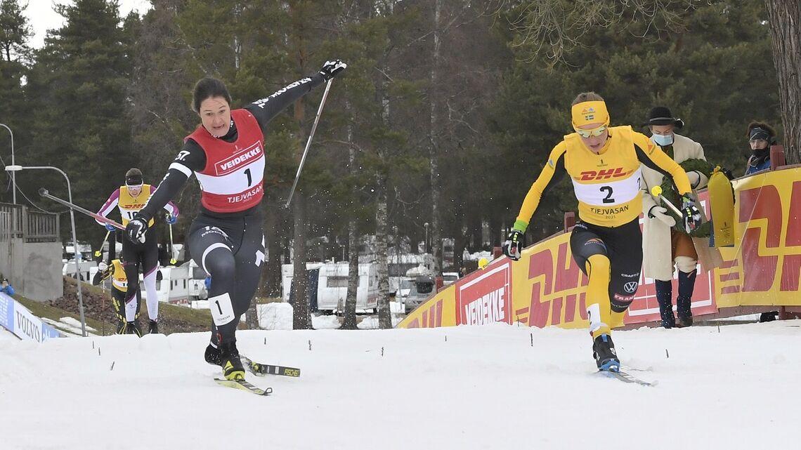 Lina Korsgren (til v.) og Britta Johansson Norgren side om side over målstreken. (Foto: Vasaloppet/Nisse Schmidt)