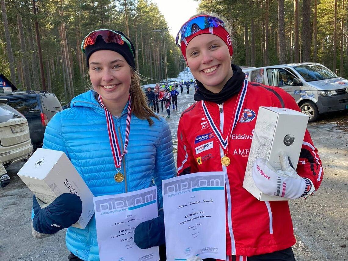 Blide Strandbygda-jenter (fra v.), Carina Sveen (K19/20 år) og Aurora Gaarder Strand (K17 år),  etter ha sikret seg hvert sitt KM gull på Liermoen. (Foto: Marianne Sveen)