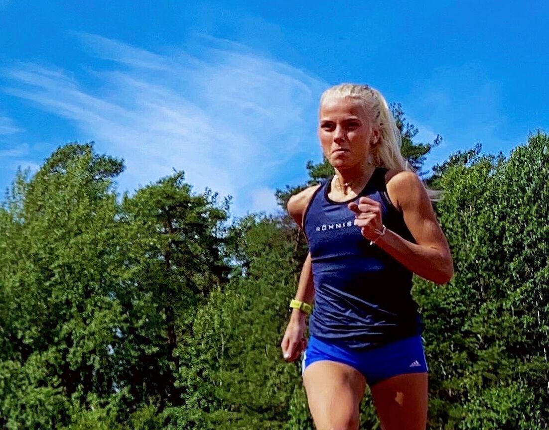 Julie Larsen gleder seg til sommeren og håper det blir noen løp å være med på. (Foto: privat)