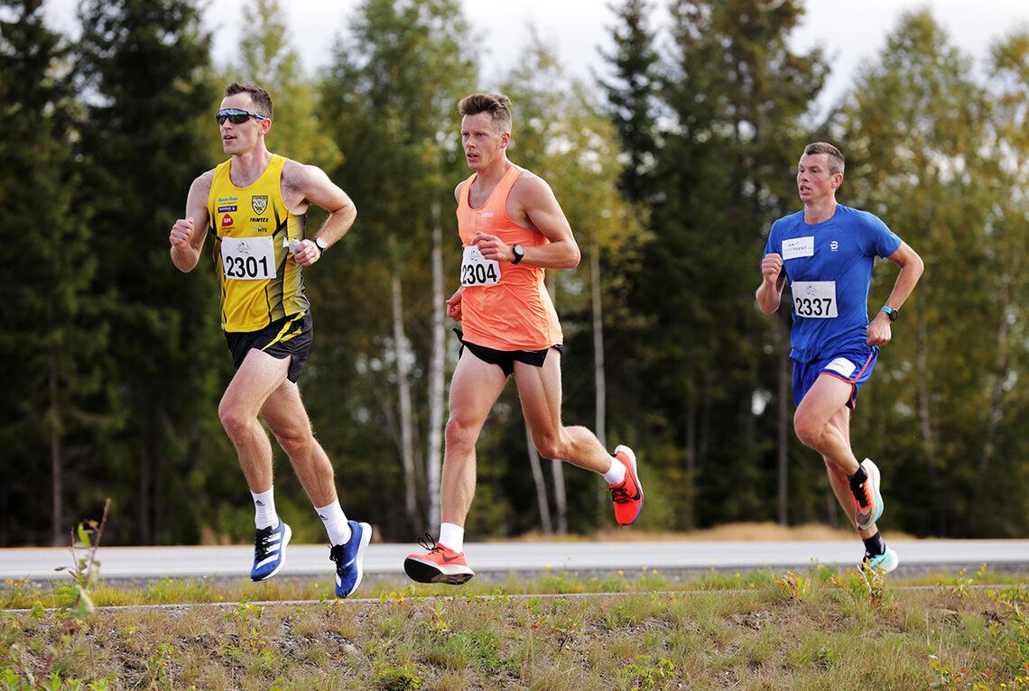 Langrennstrener Geir Endre Rogn (bakerst) har selv vært aktiv langrennsløper, men holder i dag formen ved like hovedsakelig gjennom løping. Her fra Perseløpet i september i fjor hvor han løp maraton på 2.29.37. (Foto: Bjørn Hytjanstorp)
