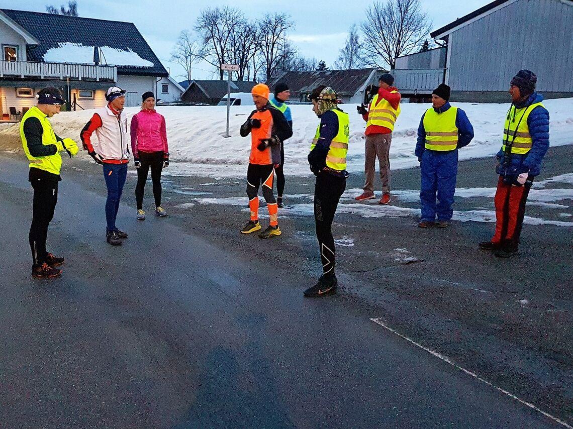 Ingen problemer for seks løpere og tre arrangører å holde koronaavstand ved fellesstarten i krysset i Byflaten. (Foto: Stein Arne Negård)