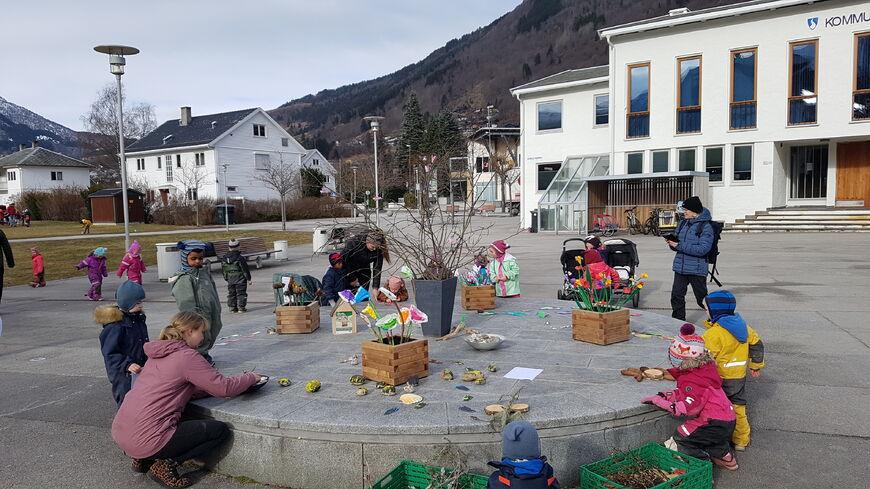 Tysdag var årets barnehagedag. Dagen vart markert på ulikt vis, her er born og vaksne i Fosshagen utdanningsbarnehage ved kommunehuset i Sogndal.