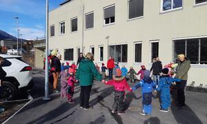 Kyrkjebakken barnehage framførte song og ringdans for dei frammøtte utanfor Dalavegen 2 på barnehagedagen.