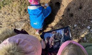 Bruk av digitalt mikroskop og iPad i skogen ved Notsete barnehage. Oppdraget for kloden: finna dyra som er i næringskjeda.