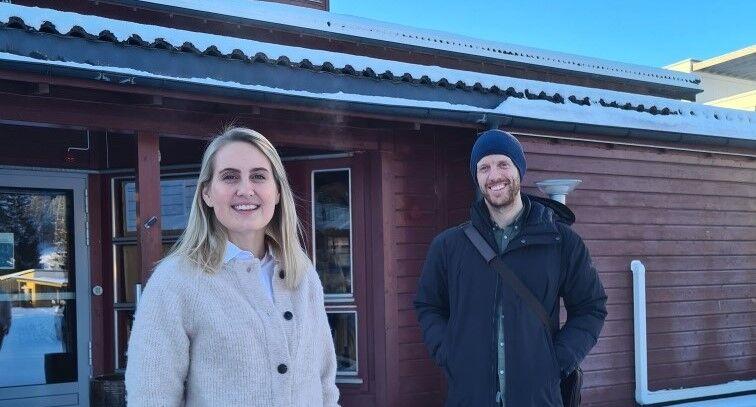 Bilde av kommunefarmasøyt Marianne Thoresen og kommuneoverlege Aslak Jaryd Johansen foran Melhus bedehus, hvor vaksineringen skjer
