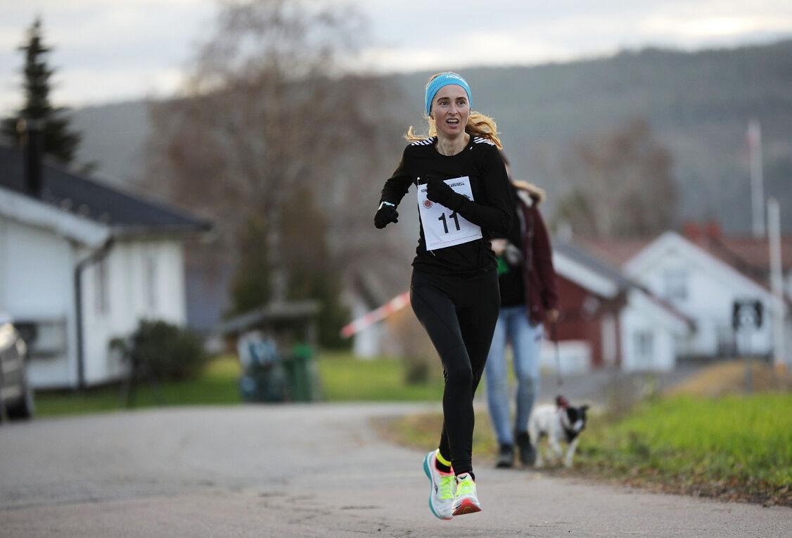 Kjersti Moody i fint driv under et av vinterkaruselløpa på Romerike. (Foto: Bjørn Hytjanstorp)