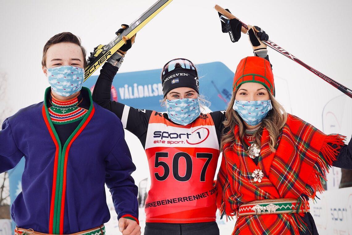 Ebba Andersson etter å ha avgjort stakeduellen med Emilie Fleten i Vålådalen lørdag. (Foto fra Visma Ski Classics facebookside)