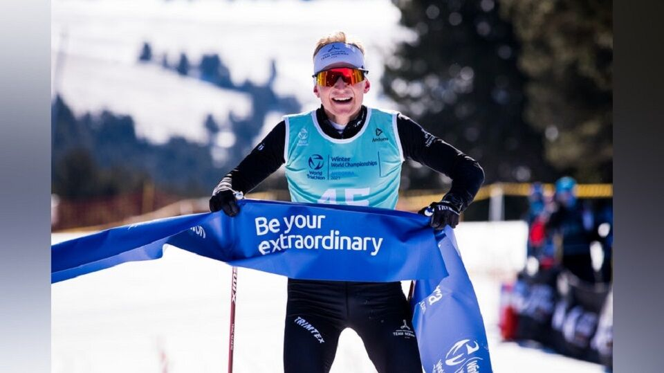 Hans Christian Tungesvik bryter målsnøret som verdensmester i Andorra lørdag. (Foto: World Triathlons facebookside)