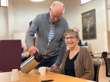 Bilde av Lars Høiseth og Anna Tørset. Lars jobber som frivillig under vaksineringen, mens Anna denne uka fikk sin første vaksinedose.