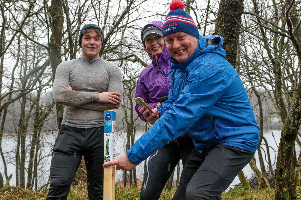 Stig Arve Vangsnes har funnet en stolpe sammen med sin søster Åse Vangsnes og hennes sønn Henrik Tyvoll. Men koden som gjør det mulig å registrere stolpen vil han ikke dele med Kondis-leserne. (Alle foto: Arne Dag Myking)