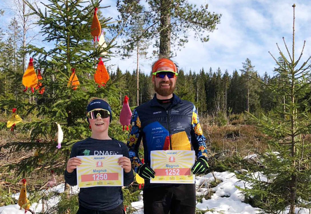 Det var god påskestemning da sønn Magnus Lingsom og far Magnus Bru gjorde unna Haremila. (Foto: Kari Flottorp Lingsom)