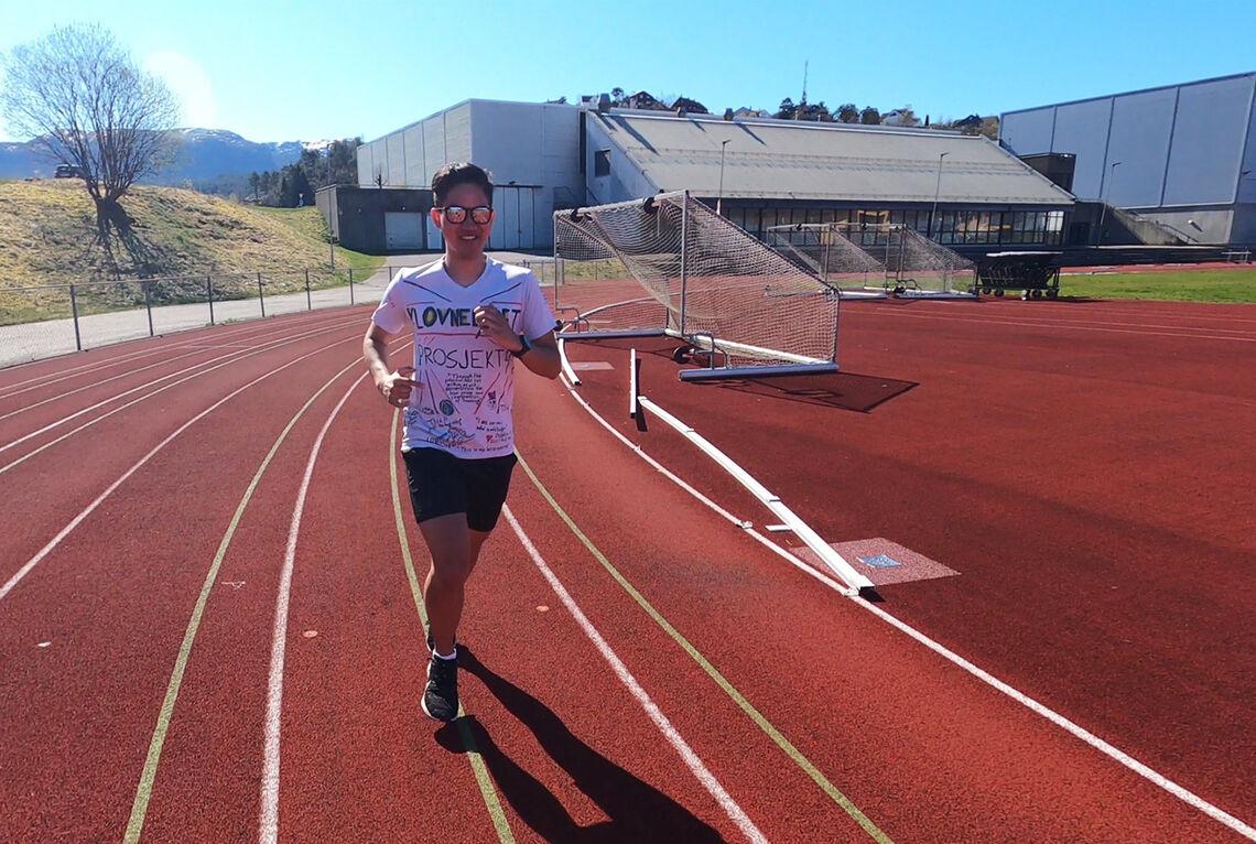 Kentaro Indo tar utfordringen om å løpe 10 meter per krone som doneres til Sykehusklovnene. (Alle foto: Klovneløpet)
