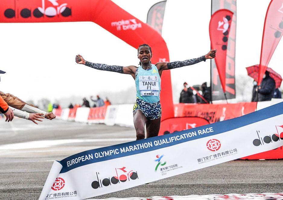 Angela Tanui fra Kenya skulle nok gjerne løpt 9 sekunder fortere, men kunne glede seg over seieren, 2.20.08 og pers med over 5 minutter. (Foto: Tuscany Training Camp)