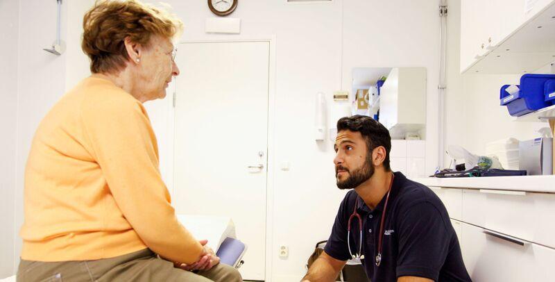 Illustrasjonsbilde av en lege og pasient