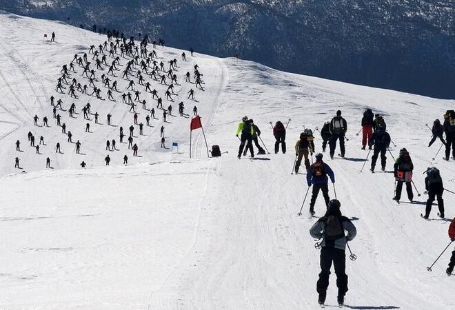 Skiløparar på veg ned fjellsida