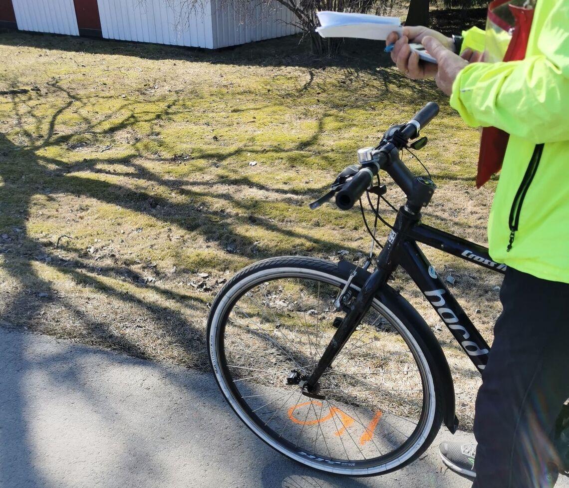 Løypemåler Vidar Dvergedal ved merket for målgang 5 km (Foto: Bjørn Saksberg)
