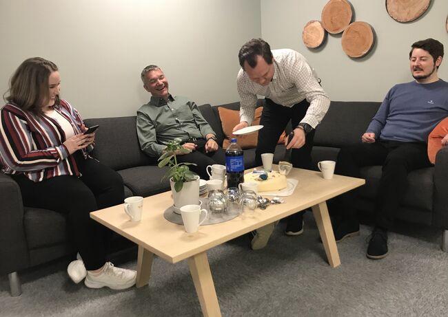 Det var godt humør og kakespising da Næringshagen ble miljøsertifisert. Fra venstre Elise Knudsen, Jan Arild Sletvold, Steffen Risstad Larssen og Morten Solstad.