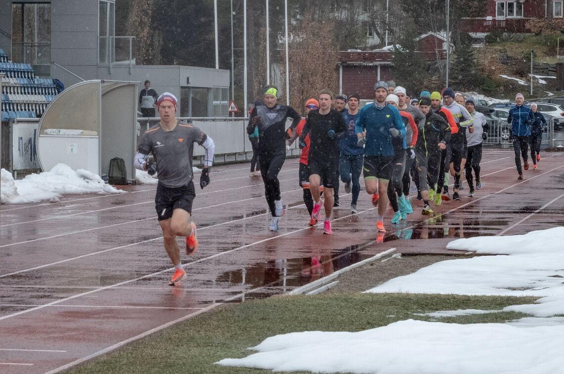 Johan Bugge fører an i Vårsleppet på 3000 meter. Som vi ser er det ikke idéelle forhold. (Arrangørfoto)