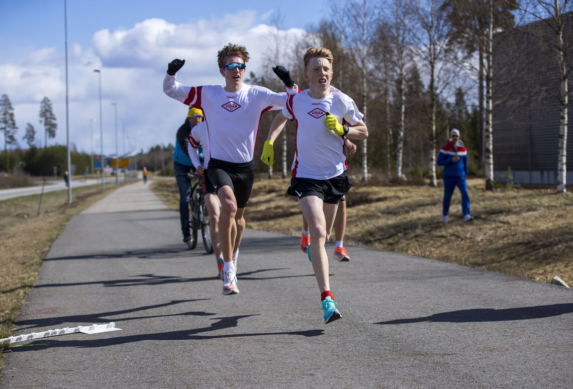 Her løper Sondre Strande Omland i mål på verdens raskeste tid av en 13-åring, men utenfor konkurranse. Den som jubler bak er to år eldre Andreas Fjeld Halvorsen. (Foto: Bjørn Hytjanstorp)