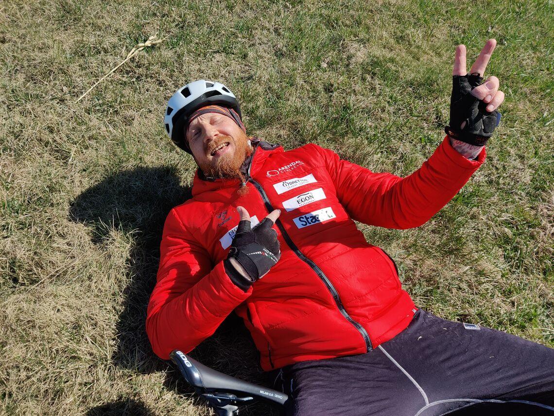 Steinar Schipper med seierstegn etter 315 kilometer på sykkel sammen med kameraten Marius Farstad. Begge er med i Idretten Skaper Sjanser. (Privat foto)
