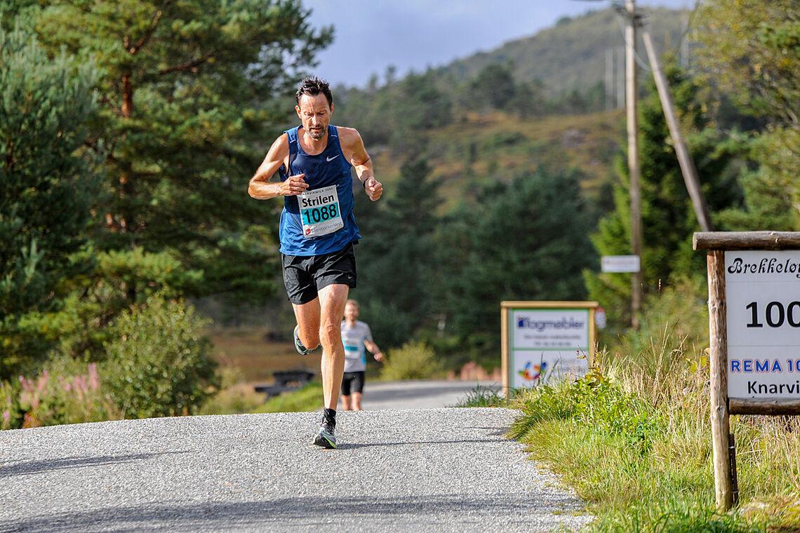 Nils Rune Sæthre løper gjennom Brekkeløypa i Knarvikmila i fjor. (Foto: Arne Dag Myking)