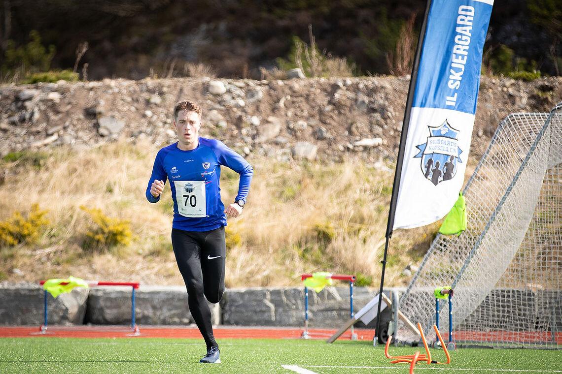 VINNER: Ole Kristian Vikenes løp i mål raskere enn resten og tok førsteplassen i Skjergard IL Friidrett sin pandemivennlige utgave av Bergen City Maraton. (Foto: Vegard Oen Hatten / Skjergard IL Friidrett)