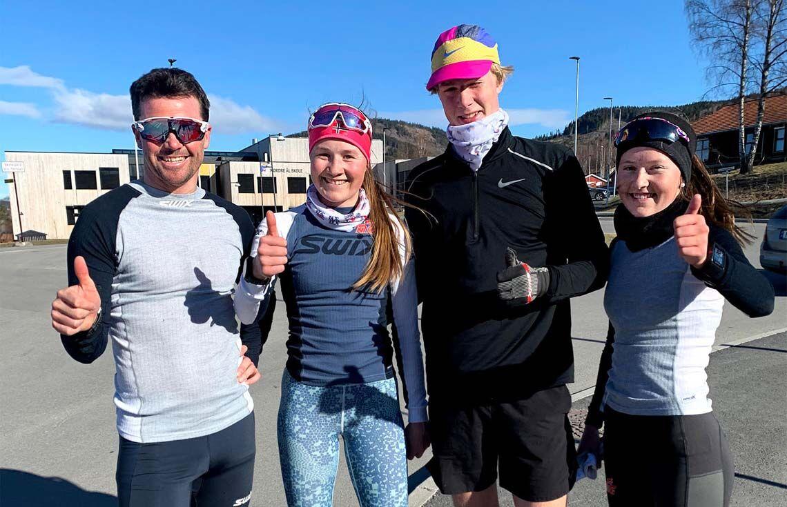 NTG langrenn brukte det virtuelle Kringsjåløpet som en aktiv treningsøkt. Trener Per Ola Gasmann til venstre sammen med tre av sine elever, Mille Marie Storlien, Oliver Brandvol og Julie Jeistad. (Foto: Finn Olsen)