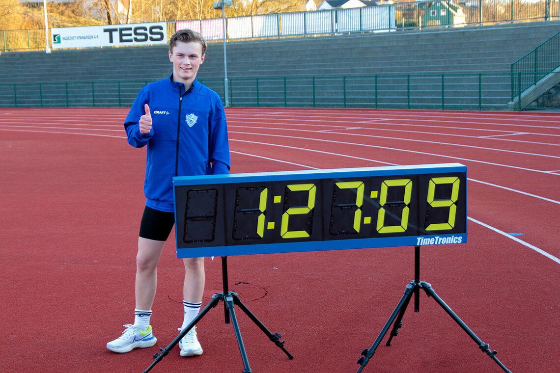 Andreas Langhelle viser frem det som klokken stoppet på da han gikk i mål på sin 600 meter. Den offisielle tiden ble 1:27.08. (Alle foto: Arne Dag Myking)