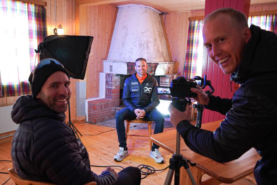 Erik Jensen Liland (tv) og filmskaper Sebastian Loraas lager film om Kobberløpet. Her intervjuer de Niklas Dyrhaug
