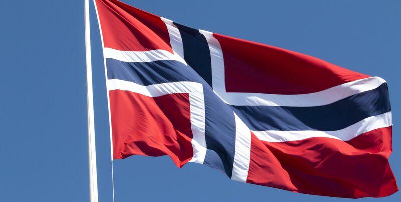 Illustrasjonsbilde av et norsk flagg som vaier i vinden.
