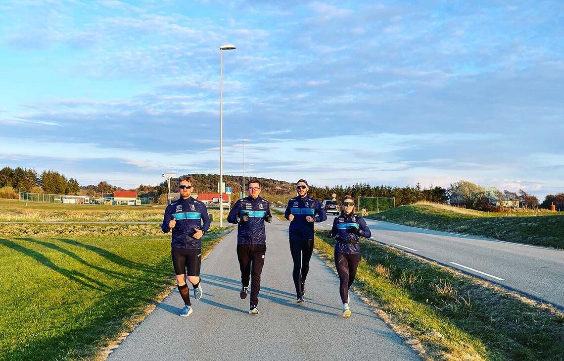 Fire av medlemmene i Grødem Runners, som arrangerer løpet, tester løypa til Randabergfjellet Opp. Randabergfjellet sees i bakgrunnen. (Foto: Alexander Middleton / Grødem Runners)