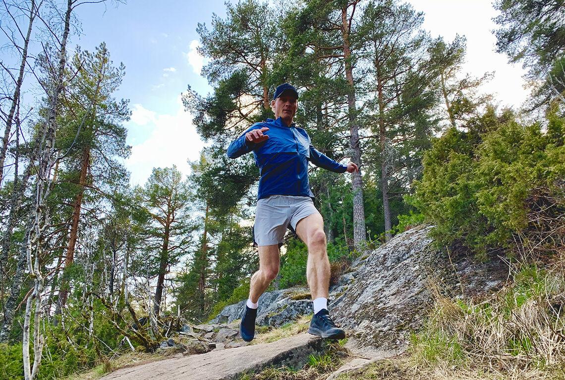 Sven Kilander er her i full gang med å teste 12 av årets terrengsko for både lange og korte treningsøkter og konkurranser. (Foto: Aksel Kilander)