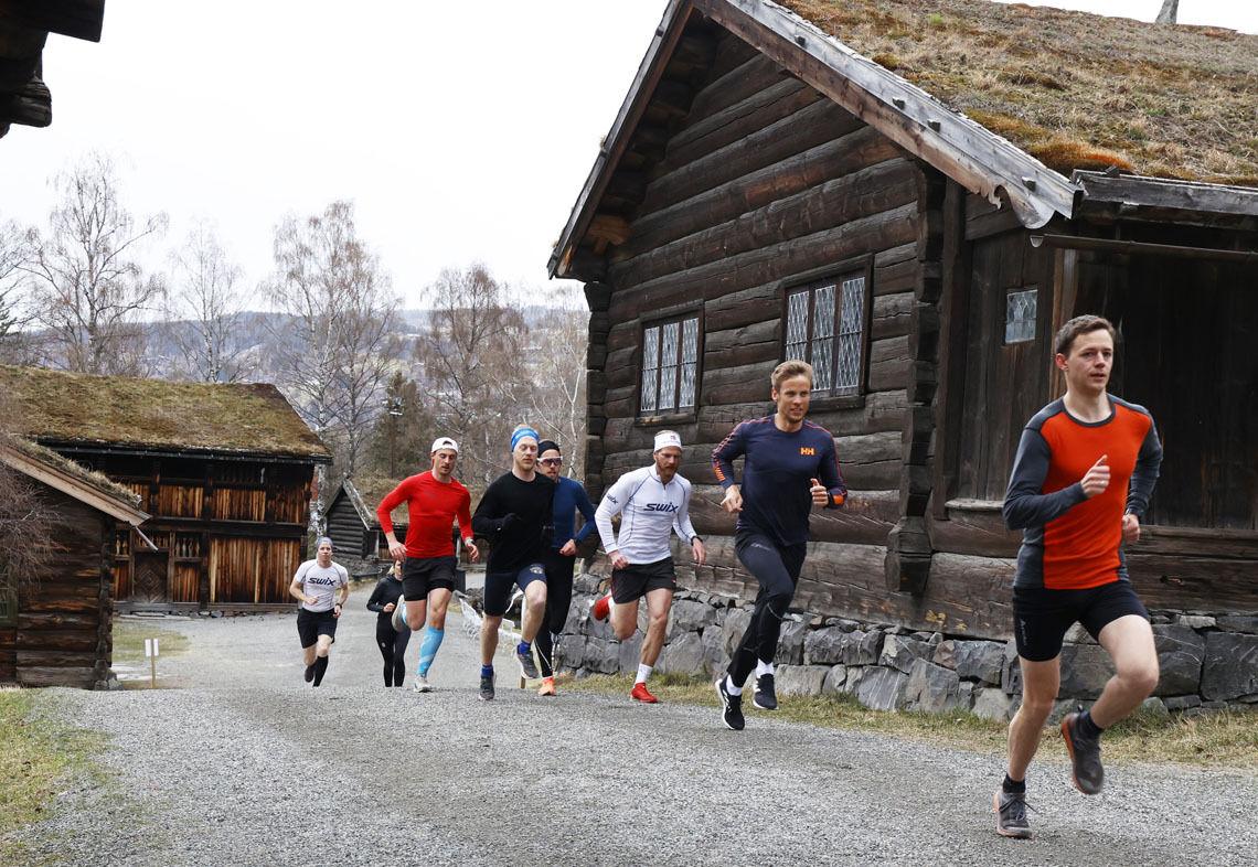 En gruppe løpere med forankring i Sykehuset Innlandet og Sør-Vekkom Lauparlag trener ofte sammen. I Maihaugeløpet startet de samtidig og konkurrerte mot hverandre. Og fort gikk det, for enkelte. J Skaug