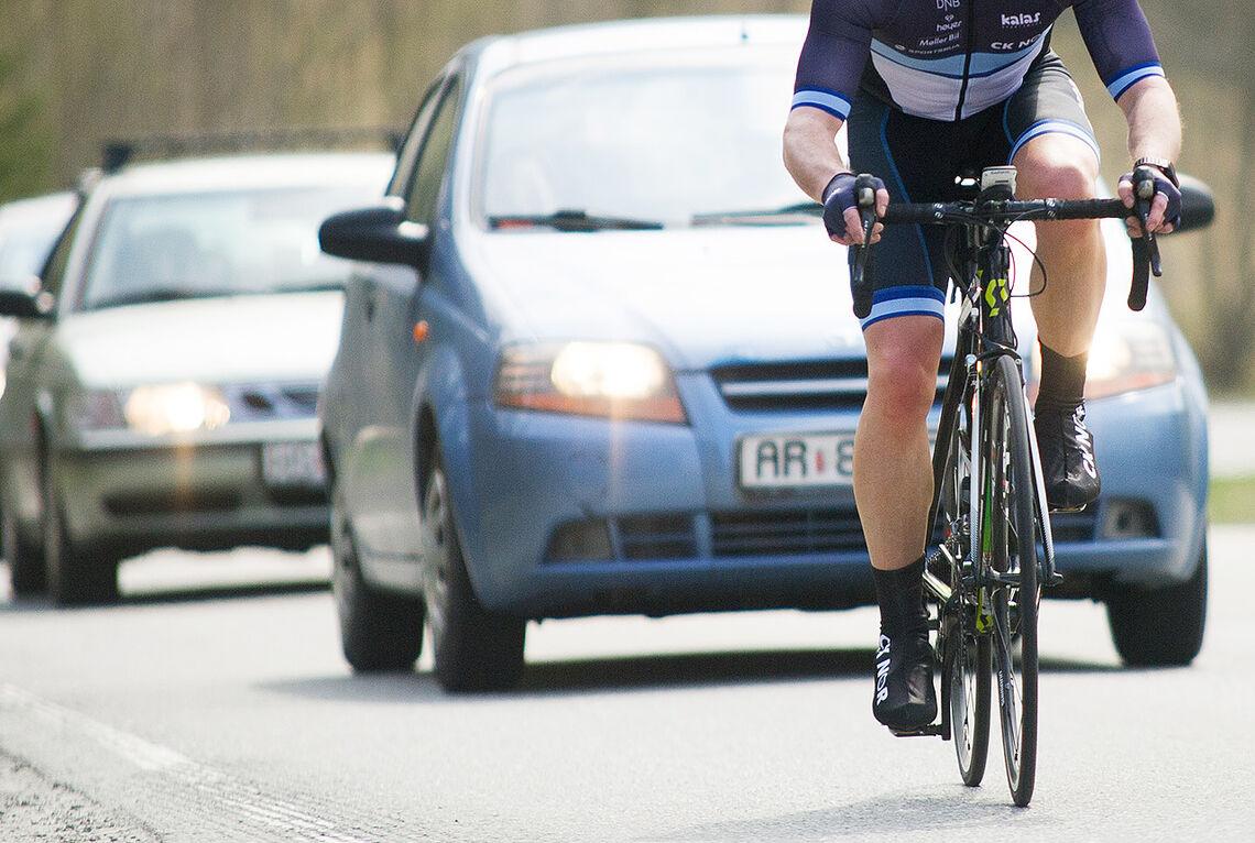 En stadig tilbakevendende kilde til irritasjon: syklister vs. bilister. (Illustrasjonsfoto: Helge Langen)