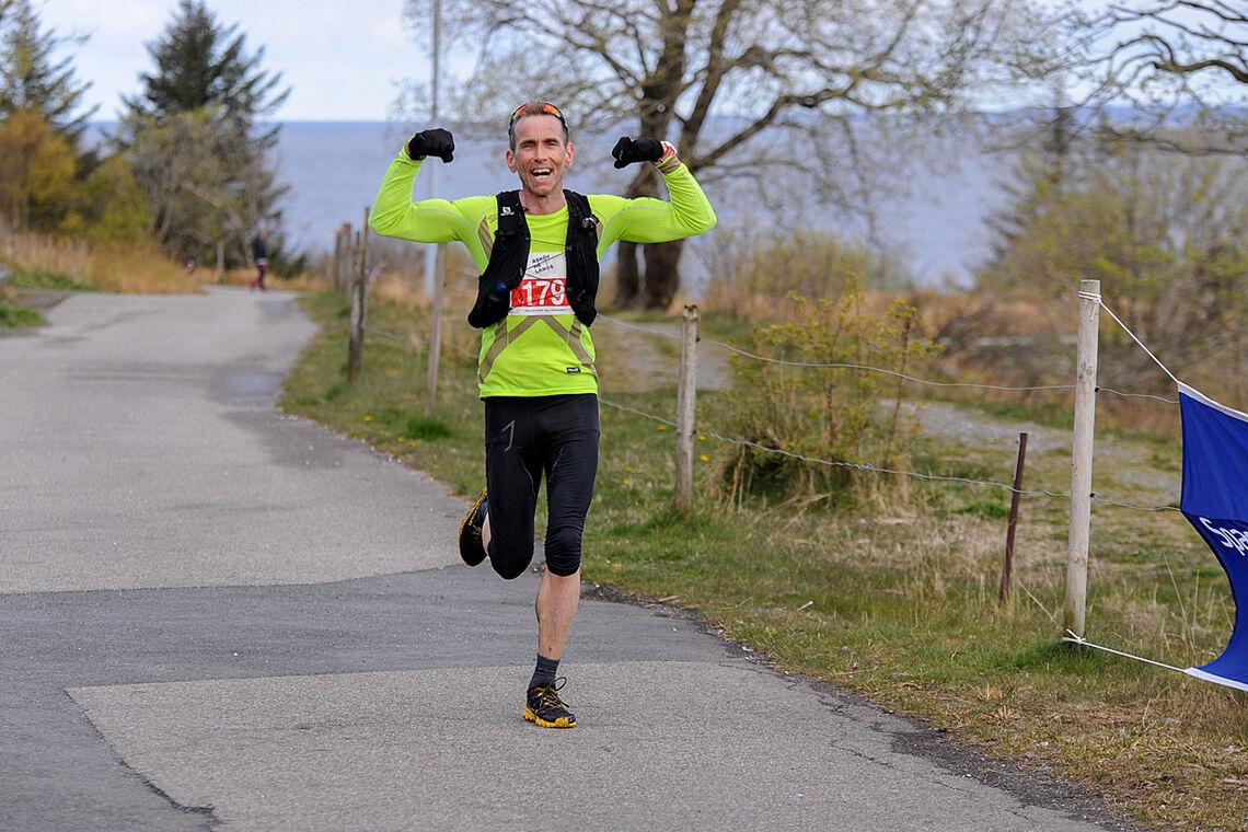 Klas Færøvik var strålende fornøyd med sin egen innsats da han gikk i mål på Askøy på langs sist helg. Han tok en 9. plass sammen med løpere som stort sett var mye yngre enn ham. (Foto: Arne Dag Myking)