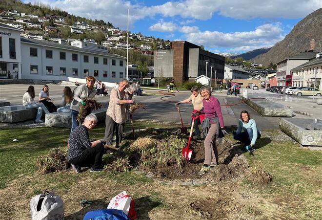 Folk i sving med å ordna i sentrumsparken i Sogndal.