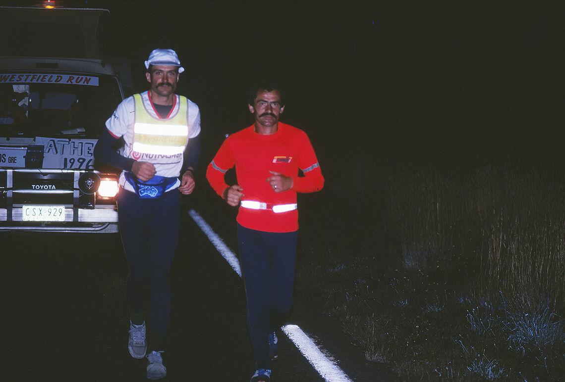 To giganter: Rune Larsson (til venstre) og Yiannis Kouros underveis i Westfield Ultra fra Sydney til Melbourne i 1989. (Foto: privat)