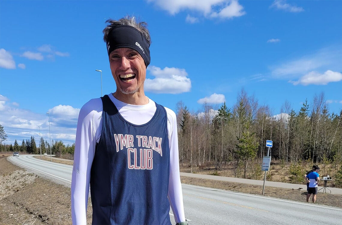 En vårdag med løping får presidenten i godt humør - sjøl om startnummeret mangler på singleten. (Foto: André Borka)