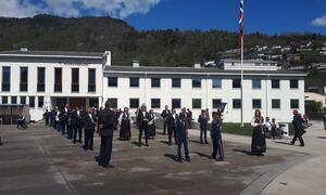 Synging av nasjonalsangen og flott musikk av musikklaget framfor kommunehuset i Sogndal (Foto Tonje Tangerud)