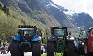 Traktor- og bilkonvoi
