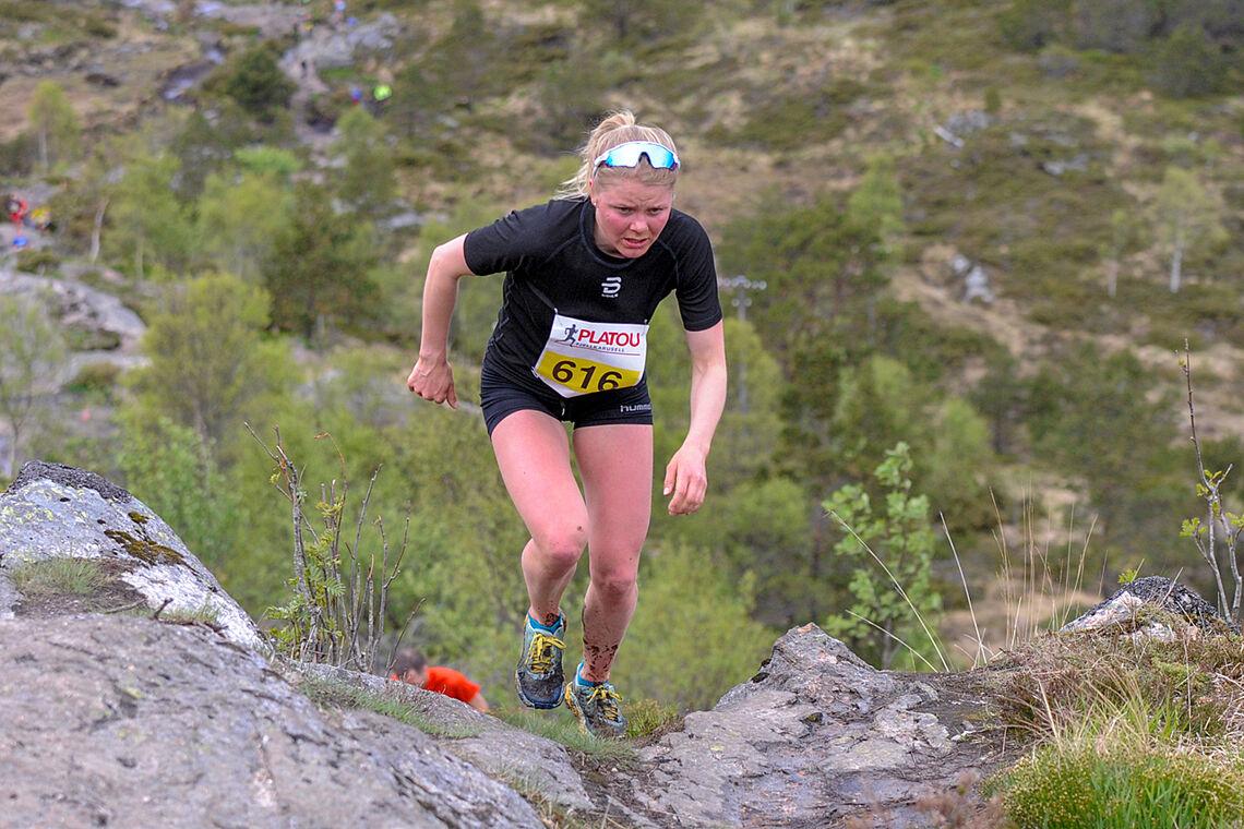 Hilde Fenne på vei oppover det bratte partiet opp mot toppen av Lyderhorn (Foto: Arne Dag Myking)