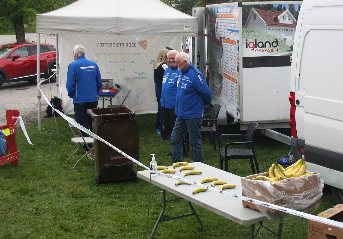 Fra målområdet på Odderøya. Den fortjente bananen etter løpet. (Foto: Sverre Larsen)