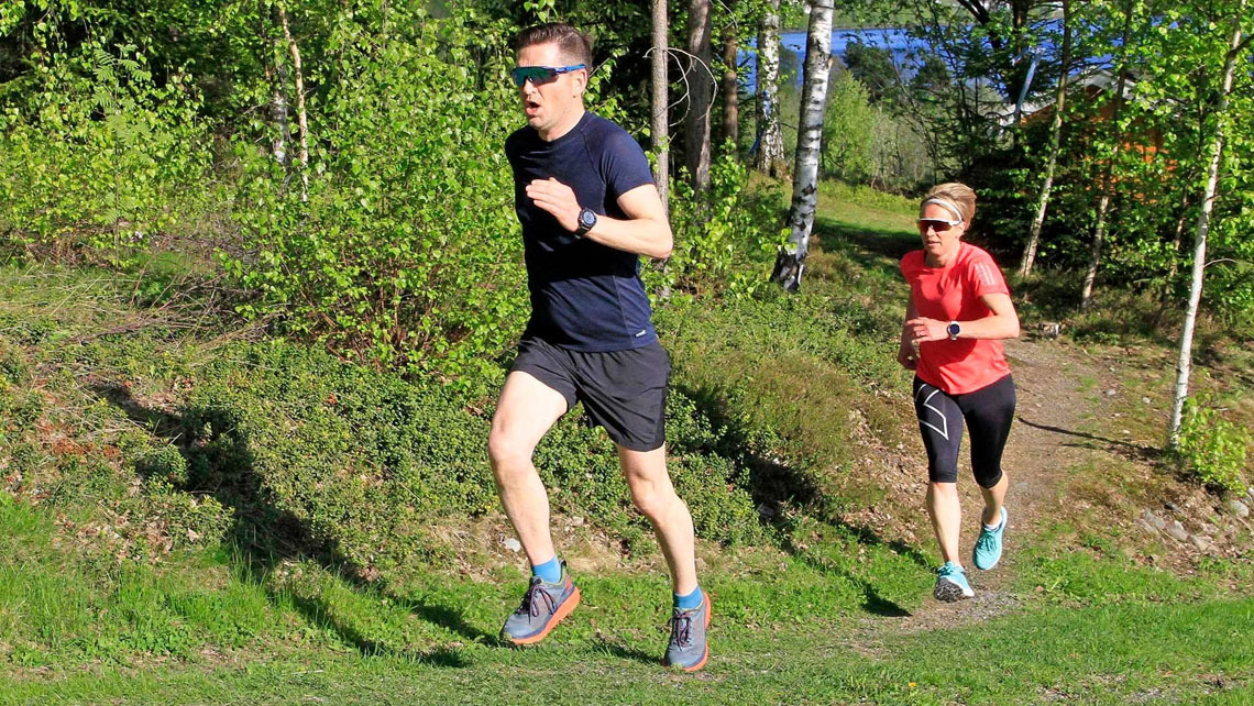 07 Lars Inge Fløtlien i klasse 40 - 49 år fører an i en av motbakkene i løpet foran Kari Lier, også i klasse 40 - 49 år. Begge representerer Ring IL..jpg