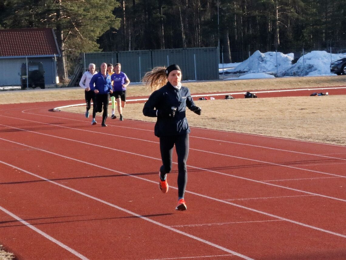 Synnøve Volden som her fører an på Kondistreninga på Terningmoen, imponerte aller mest med sterk løping i vårens andre løp i vårcupen.