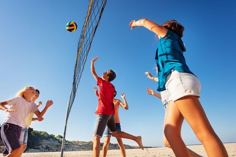 Ungdommer spiller volleyball. Foto: mostphotos.com