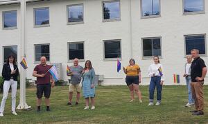 Deltakarane på flaggheisinga i Sogndal med flagg