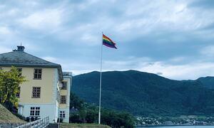 Pride-flagget ved tinghuset på Leikanger.